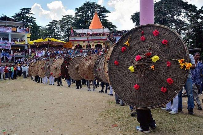 Lễ hội ném đá ở Ấn Độ khiến 77 người bị thương chỉ trong 7 phút - 3