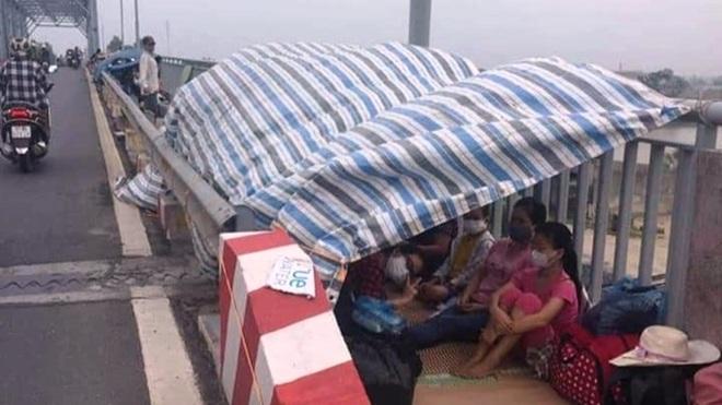 Từ Hà Nội về, nhiều người Thái Bình mắc kẹt dựng lều ngủ trên cầu