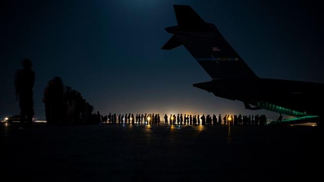 Máy bay Mỹ cuối cùng rời Afghanistan, chấm dứt cuộc chiến dài nhất lịch sử - 1
