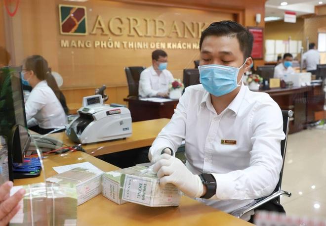 Người dân gửi tiền vào ngân hàng thấp kỷ lục trong gần một thập niên