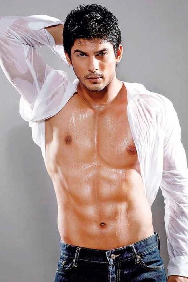 Siddharth Shukla xuất thân là một người mẫu trước khi trở thành diễn viên điện ảnh nổi tiếng tại Ấn Độ.