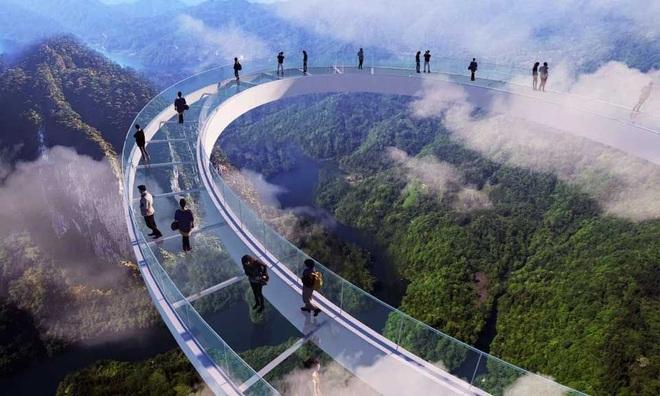 Choáng ngợp với cầu kính cao 500 m gắn thác nước khổng lồ - 5