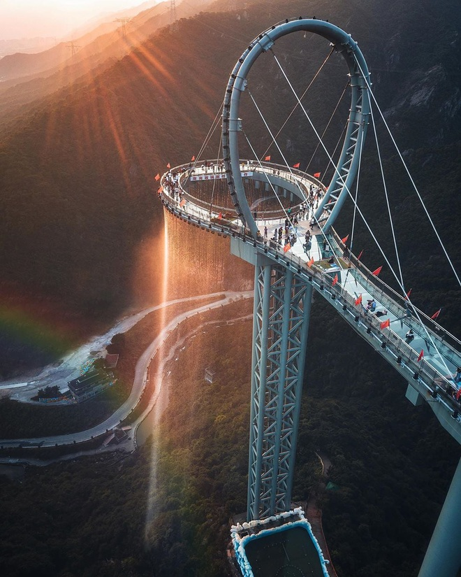 Choáng ngợp với cầu kính cao 500 m gắn thác nước khổng lồ - 1