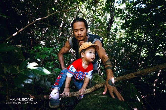 Cậu bé 22 tháng tuổi cùng bố băng rừng chinh phục hang động ở đảo Cát Bà - 1