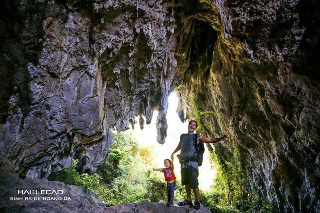 Cậu bé 22 tháng tuổi cùng bố băng rừng chinh phục hang động ở đảo Cát Bà - 5
