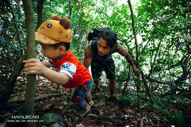 Cậu bé 22 tháng tuổi cùng bố băng rừng chinh phục hang động ở đảo Cát Bà - 2