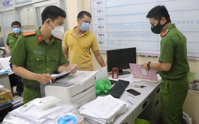 Bắt cán bộ phường ở TPHCM tiêm vắc xin cho nhiều người để thu lợi bất chính - 1