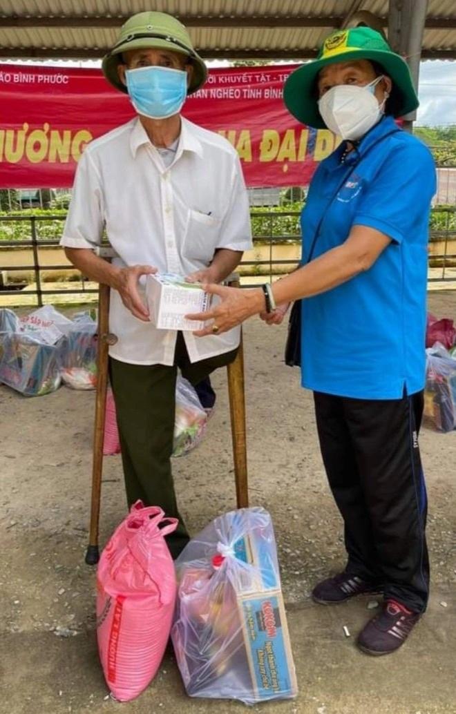 71 tuổi vẫn xông vào tâm dịch hỗ trợ người nghèo - 4