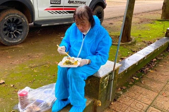 71 tuổi vẫn xông vào tâm dịch hỗ trợ người nghèo - 1