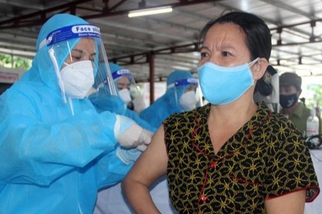 Tiêm vắc xin Covid-19 cho 1.000 tiểu thương chợ đầu mối lớn nhất Nghệ An - 2