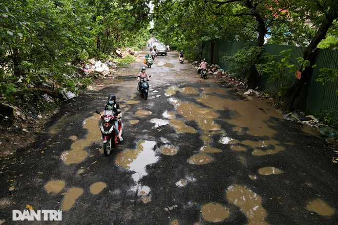 """""""Offroad"""" people on the """"thousand pothole"""" road in the center of Hanoi"""