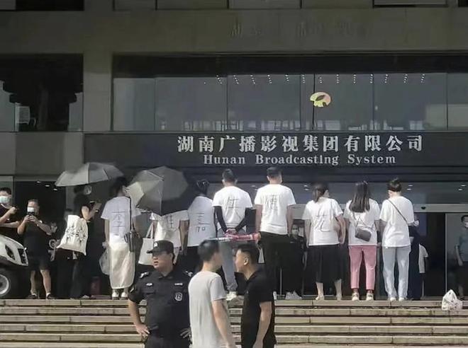 """Trung Quốc ra quy định nghiêm ngặt, xử phạt nghệ sĩ quảng cáo """"bẩn"""""""