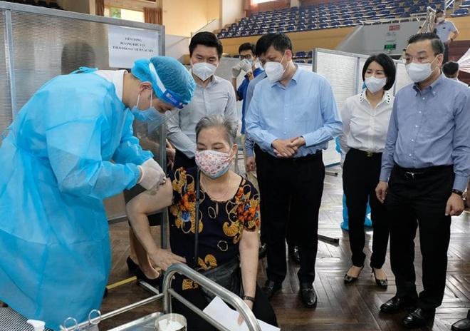 Bộ trưởng Y tế: Hà Nội tiêm vắc xin với công suất cao nhất từ trước tới nay - 1
