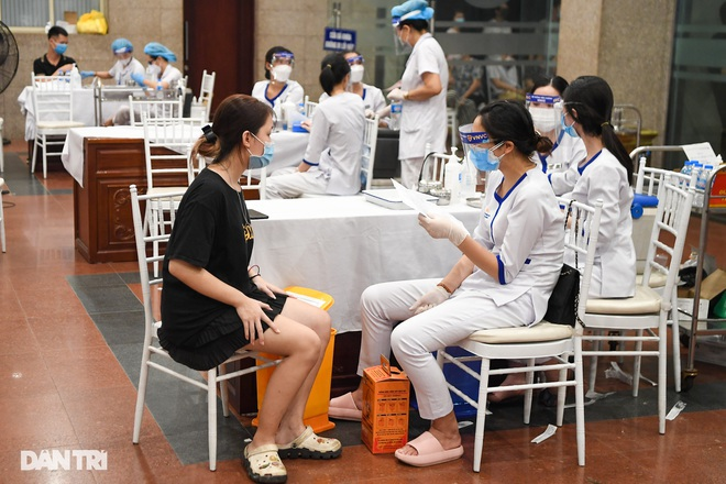 Sáng 13/9, Hà Nội đạt kỷ lục tiêm vắc xin, nhiều địa phương dịch hạ nhiệt - 1