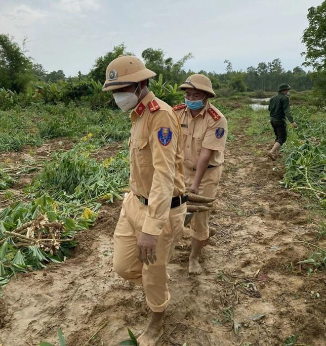 Các chiến sĩ công an chạy đua với mưa bão để thu hoạch sắn giúp người dân  - 5