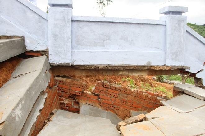 Công trình tưởng niệm anh hùng liệt sĩ bị hư hỏng, sụt lún sau mưa lớn - 3