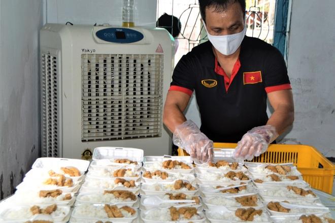 Cô giáo mầm non nấu mỗi ngày 500 suất cơm tặng người nghèo - 3