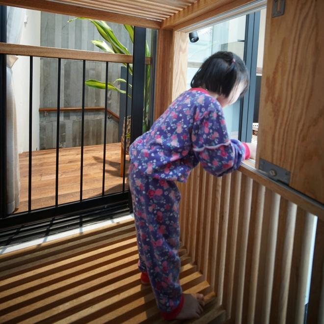 Mùa dịch không ra đường, bố mẹ làm không gian ghép gỗ cho con chơi tại nhà - 3