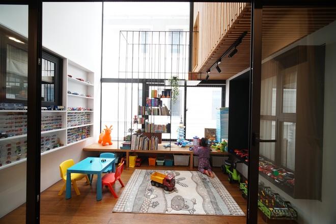 Mùa dịch không ra đường, bố mẹ làm không gian ghép gỗ cho con chơi tại nhà - 4