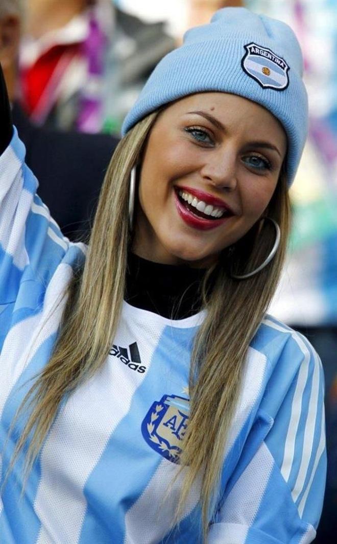 Những quốc gia sở hữu các nữ cổ động viên bóng đá gợi cảm nhất - 7