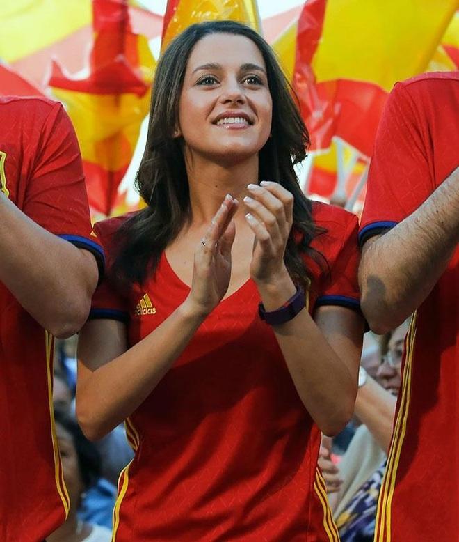 Những quốc gia sở hữu các nữ cổ động viên bóng đá gợi cảm nhất - 13