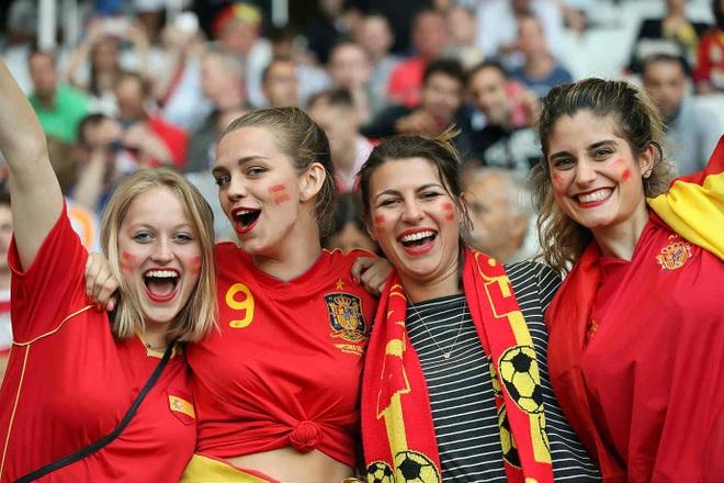 Những quốc gia sở hữu các nữ cổ động viên bóng đá gợi cảm nhất - 14