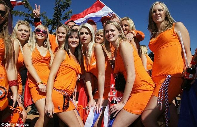 Những quốc gia sở hữu các nữ cổ động viên bóng đá gợi cảm nhất - 17