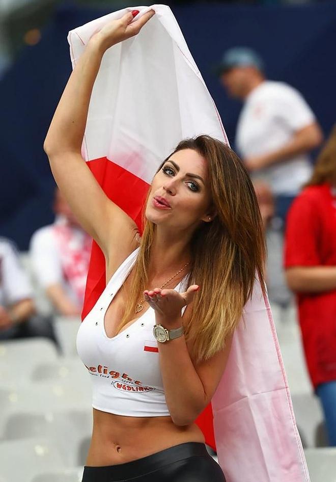Những quốc gia sở hữu các nữ cổ động viên bóng đá gợi cảm nhất - 19