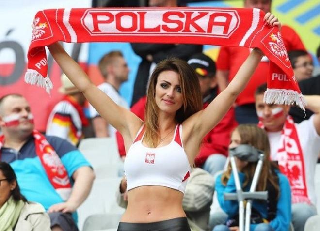 Những quốc gia sở hữu các nữ cổ động viên bóng đá gợi cảm nhất - 20