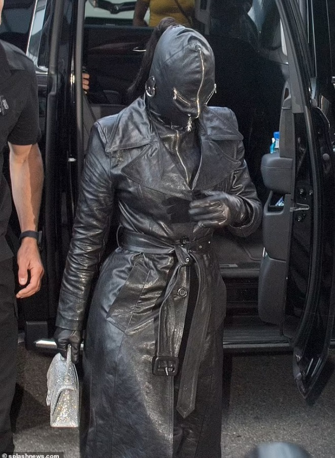 Cây đồ da kín từ đầu đến chân của Kim Kardashian - 1