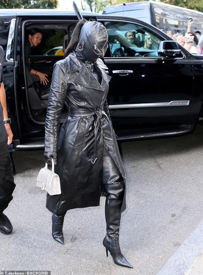 Cây đồ da kín từ đầu đến chân của Kim Kardashian - 4