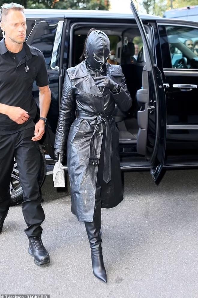 Cây đồ da kín từ đầu đến chân của Kim Kardashian - 5