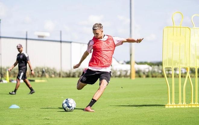 Cậu con trai duy nhất theo đuổi sự nghiệp bóng đá của David Beckham - 3