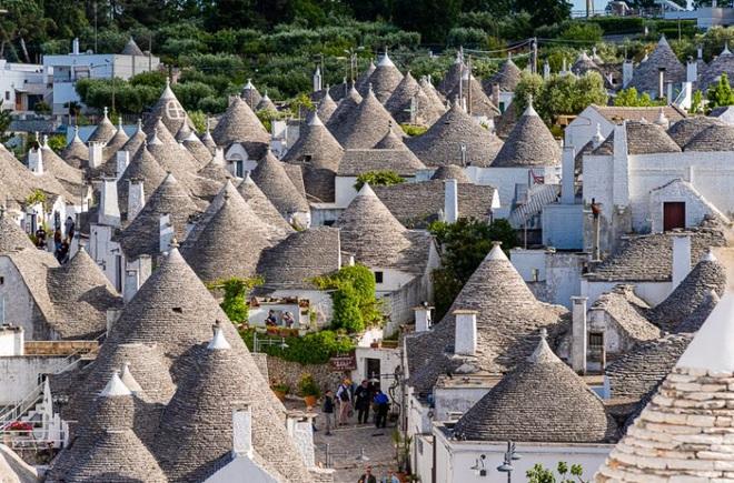 Khám phá thị trấn cổ tích với loạt nhà kỳ lạ như cây nấm - 1