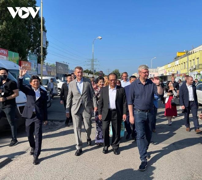 Thủ tướng Séc cắt tóc và mua sắm tại Trung tâm thương mại của người Việt ở Praha - 2