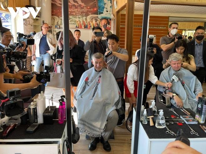 Thủ tướng Séc cắt tóc và mua sắm tại Trung tâm thương mại của người Việt ở Praha - 3