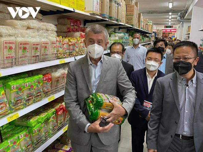 Thủ tướng Séc cắt tóc và mua sắm tại Trung tâm thương mại của người Việt ở Praha - 4