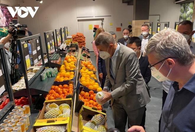 Thủ tướng Séc cắt tóc và mua sắm tại Trung tâm thương mại của người Việt ở Praha - 5