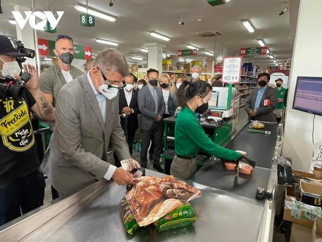 Thủ tướng Séc cắt tóc và mua sắm tại Trung tâm thương mại của người Việt ở Praha - 6