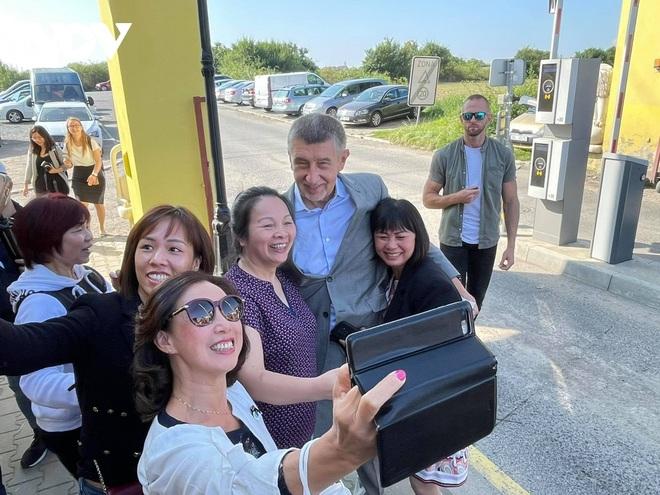 Thủ tướng Séc cắt tóc và mua sắm tại Trung tâm thương mại của người Việt ở Praha - 8