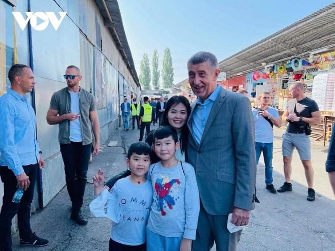 Thủ tướng Séc cắt tóc và mua sắm tại Trung tâm thương mại của người Việt ở Praha - 9