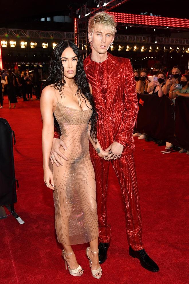Megan Fox đốt cháy thảm đỏ, bạn trai đi cùng suýt bị... tấn công - 1