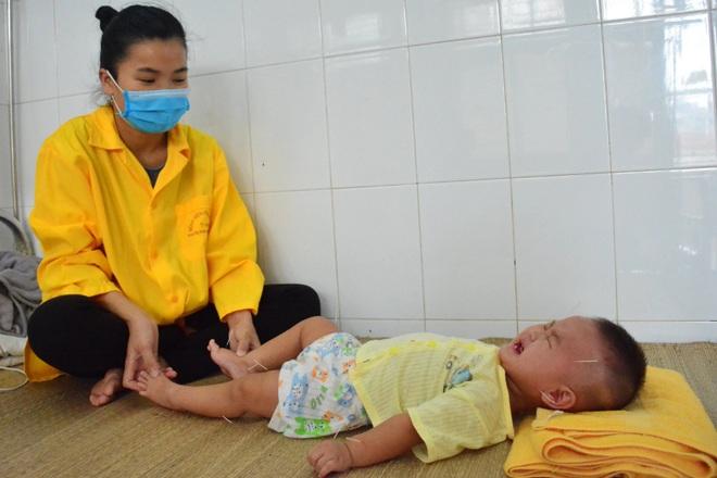 Xót xa cảnh bé gái nằm liệt sau một lần lên cơn sốt cao - 2