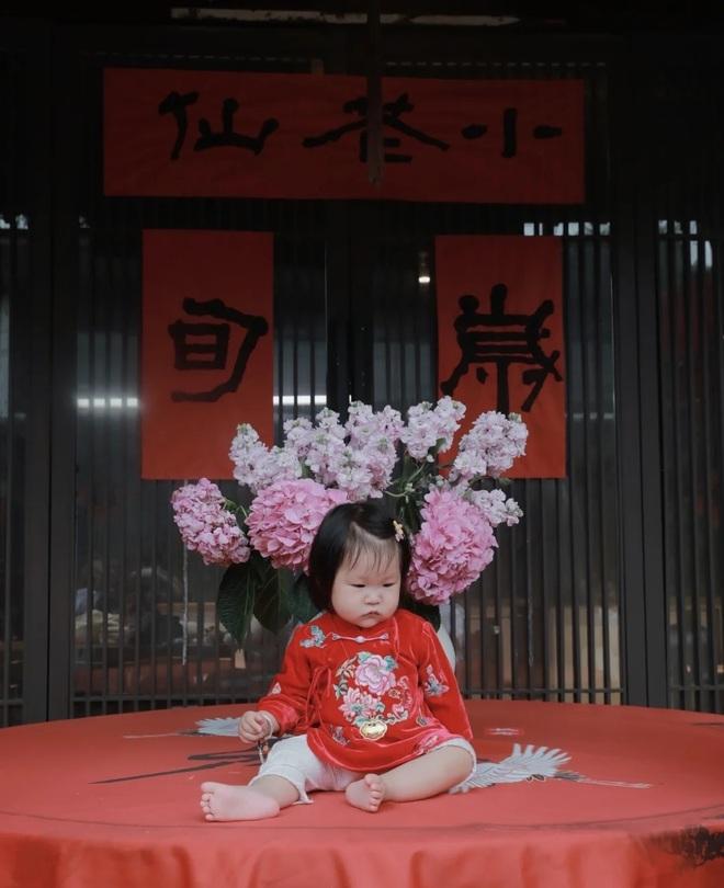 Ở tuổi 70, đạo diễn phim võ hiệp Trương Kỷ Trung mừng con gái tròn một tuổi - 1
