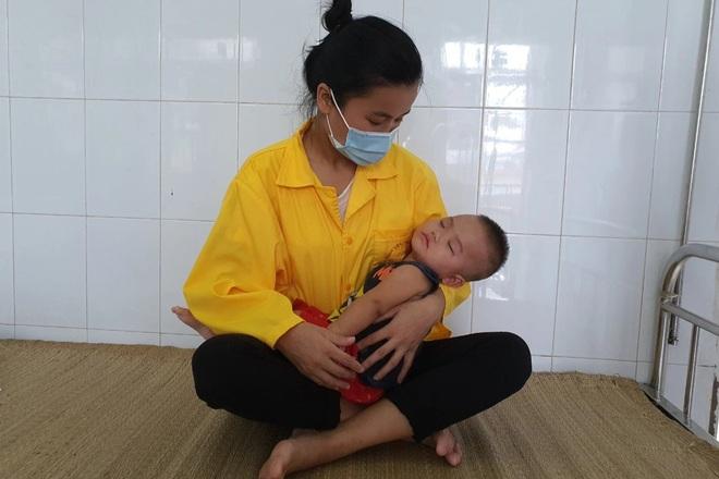 Xót xa cảnh bé gái nằm liệt sau một lần lên cơn sốt cao - 4