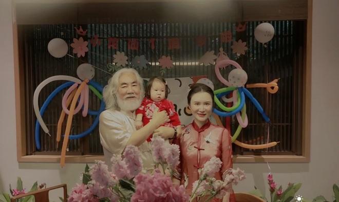 Ở tuổi 70, đạo diễn phim võ hiệp Trương Kỷ Trung mừng con gái tròn một tuổi - 5