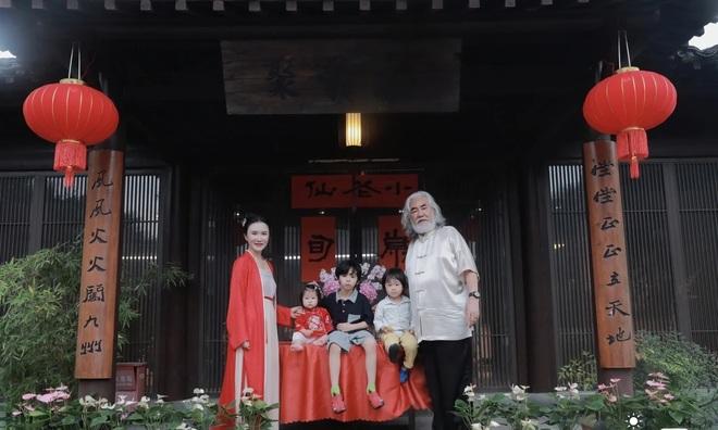 Ở tuổi 70, đạo diễn phim võ hiệp Trương Kỷ Trung mừng con gái tròn một tuổi - 6