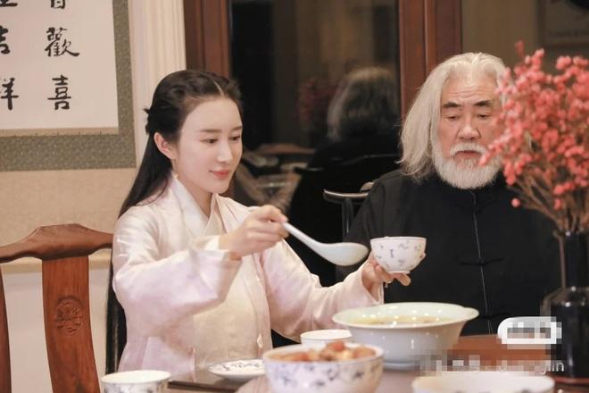 Ở tuổi 70, đạo diễn phim võ hiệp Trương Kỷ Trung mừng con gái tròn một tuổi - 11