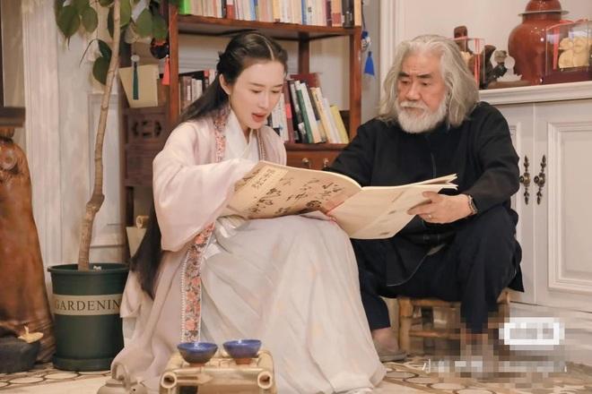Ở tuổi 70, đạo diễn phim võ hiệp Trương Kỷ Trung mừng con gái tròn một tuổi - 12