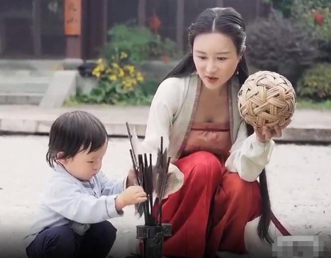 Ở tuổi 70, đạo diễn phim võ hiệp Trương Kỷ Trung mừng con gái tròn một tuổi - 15